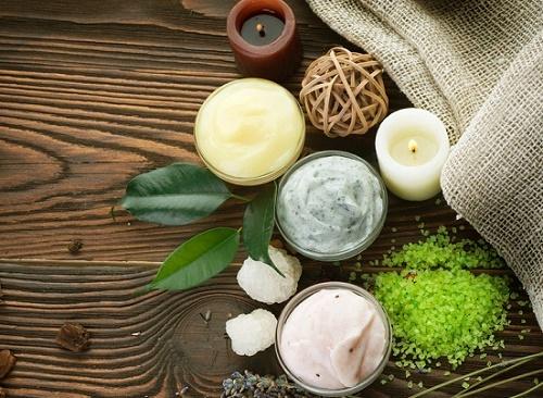 Ưu tiên dòng mỹ phẩm có nguồn gốc từ tự nhiên để tắm trắng da mặt an toàn.