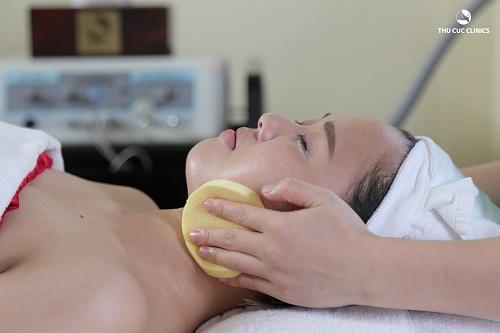 Tắm trắng mặt và cổ tại Thu Cúc Clinics.