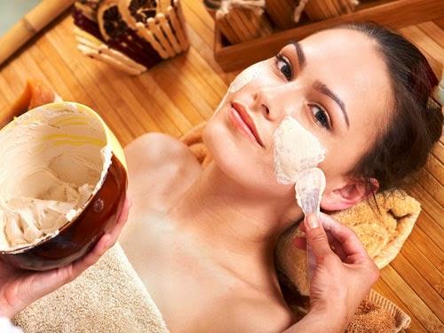 Tắm trắng mặt và cổ từ bột yến mạch tại nhà.