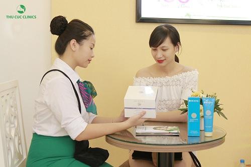 Chuyên viên Thu Cúc Clinics đang tư vấn về liệu pháp tắm trắng cho khách hàng.