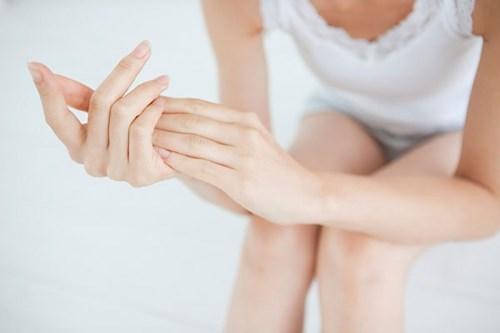 Tắm trắng xong bị đau đầu ngón tay là một trong những triệu chứng thường gặp của phương pháp tắm trắng không an toàn.