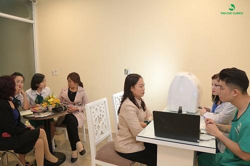 Khách hàng sẽ được bác sĩ nước ngoài thăm khám và tư vấn tận tình về tình trạng sức khỏe làn da, nhu cầu và mong muốn làm đẹp của bản thân.