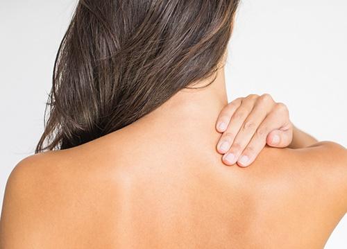 Sử dụng các sản phẩm chăm sóc da có kết cấu mỏng nhẹ và không chứa dầu để mụn không có cơ hội xuất hiện ở lưng.