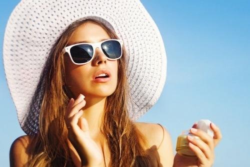 Để làn da duy trì được vẻ đẹp lâu dài, chị em nên bảo vệ da trước tác động của ánh nắng mặt trời