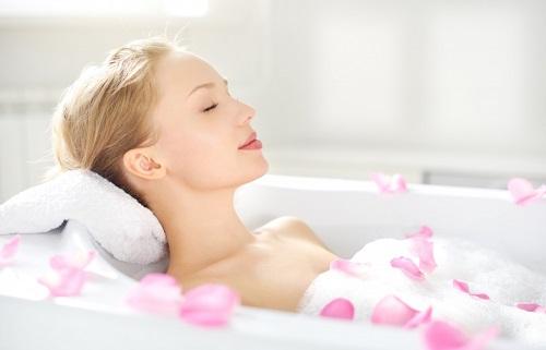 Bạn có thể tranh thủ làm đẹp và thư giãn cơ thể khi tắm trắng tại nhà.