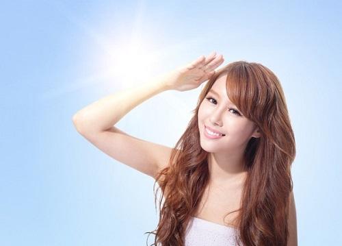 Bảo vệ da khỏi ánh nắng mặt trời là vấn đề quan trọng hàng đầu để duy trì vẻ trắng khỏe của da.