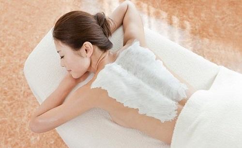 Tắm trắng là giải pháp được các chị em ưa chuộng để làm đẹp da toàn thân.