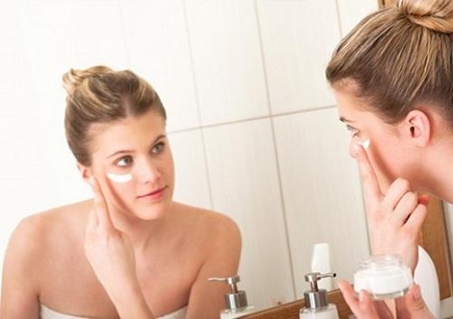 Thoa kem dưỡng ẩm để làm dịu da.