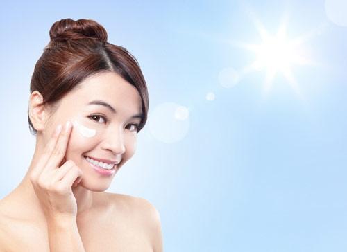 Thoa kem chống nắng cho da mỗi ngày.