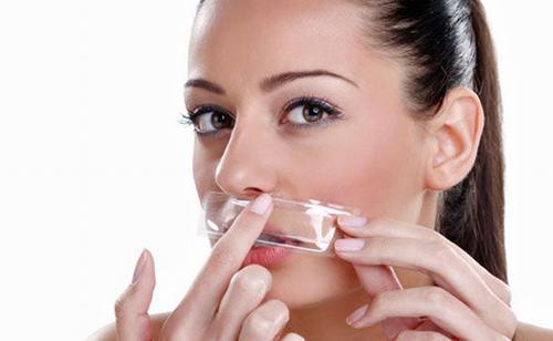 Wax lông mặt có thể thực hiện tại nhà hay spa.