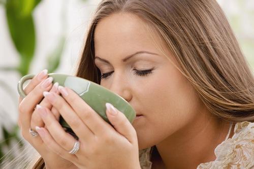Uống 1 tách trà xanh vào mỗi sáng sẽ giúp thải độc da, chống ôxy hóa hiệu quả.