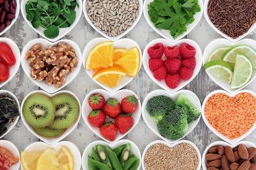 Bổ sung các món ăn, thức uống giàu vitamin và khoáng chất sẽ giúp da trắng mịn, hồng hào tự nhiên.