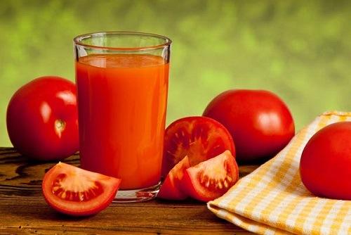 Bên cạnh là thực phẩm quen thuộc trong bữa ăn, cà chua còn đem đến khả năng trị hôi nách nhanh chóng. Theo đó, bạn chọn 2 quả cà chua tươi rồi thái lát, đắp lên vùng nách sau khi đã được làm sạch với nước ấm. Để dưỡng chất thẩm thấu tối ưu, bạn nên kết hợp mát xa nhẹ nhàng. Thư giãn thêm 3 phút thì rửa lại với nước ấm, thấm khô bằng khăn mềm.