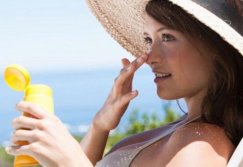 Chống nắng là vấn đề quan trọng hàng đầu khi dưỡng trắng da.