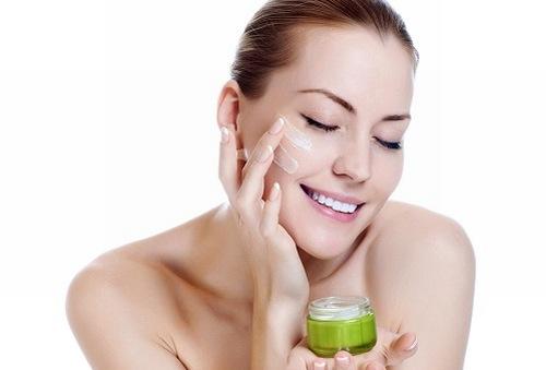 Thoa kem dưỡng ẩm thường xuyên giúp làn da sáng khỏe căng mịn