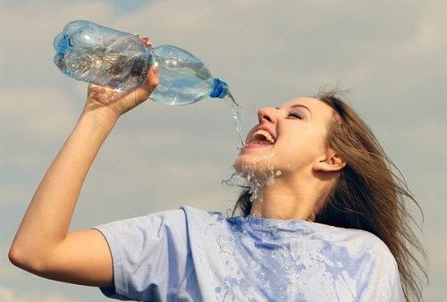 Uống đủ nước giúp làn da được dưỡng ẩm, ngăn chặn quá trình lão hóa