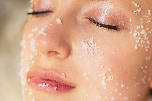 Việc tẩy da chết thường xuyên giúp làn da được sạch sâu ngăn ngừa quá trình lão hóa