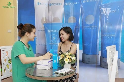 Kết thúc quá trình triệt lông chuyên viên sẽ hướng dẫn khách hàng chăm sóc da đúng cách tại nhà