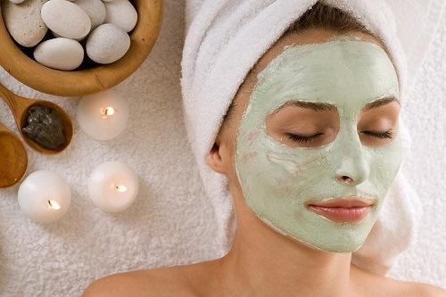 Rất đơn giản, chỉ cần trộn một thìa bột trà xanh với một thìa mật ong nguyên chất, có thể cho thêm 2 – 3 giọt nước cốt chanh để làm tăng hiệu quả trắng da. Sau khi rửa mặt sạch, thoa đều hỗn hợp lên da, mát xa nhẹ nhàng trong vòng 15 phút rồi rửa sạch mặt với nước mát. Thực hiện đều đặn 2- 3 lần/ tuần để có được làn da trắng mịn như mong muốn.