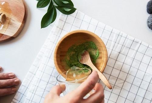 Trộn nước ấm bột trà xanh theo tỉ lệ tương đương, tiếp đến thoa lên mặt, kết hợp mát xa nhẹ nhàng giúp các dưỡng chất thẩm thấu. Thư giãn chừng 4 - 5 thì rửa lại với nước ấm, thấm khô bằng khăn mềm. Để nhanh chóng đạt hiệu quả như mong muốn, chị em nên áp dụng cách này 3 lần/ tuần.