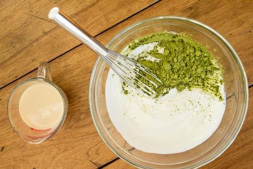 Bên cạnh khả năng dưỡng trắng hỗn hợp trà xanh, sữa chua còn đem đến tác dụng hạn chế thâm nám, trẻ hóa da rất hiệu quả. Cách thực hiện tương tự như trên: Sau khi thu được hỗn hợp đồng nhất, chị em có thể chà lên vùng da cần dưỡng, kết hợp với đó là thư giãn giúp các dưỡng chất thẩm thấu. Thực hiện đều đặn để đạt được hiệu quả cao nhất.