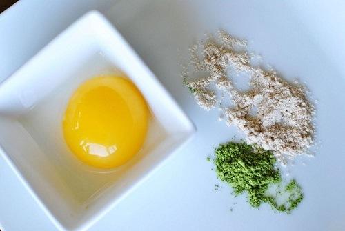 Đậu xanh và trà xanh có khả năng làm sạch lỗ chân lông rất tốt, trong khi đó lòng trắng trứng đem đến tác dụng trị mụn, giảm thâm nám. Với phương pháp đắp mặt nạ đơn giản này, chị em có thể thực hiện như sau: Trộn đều bột đậu xanh, bột trà xanh với lòng trắng trứng gà thành một hỗn hợp đặc sánh. Thoa hỗn hợp lên mặt, để trong khoảng 20 phút rồi rửa sạch với nước ấm.