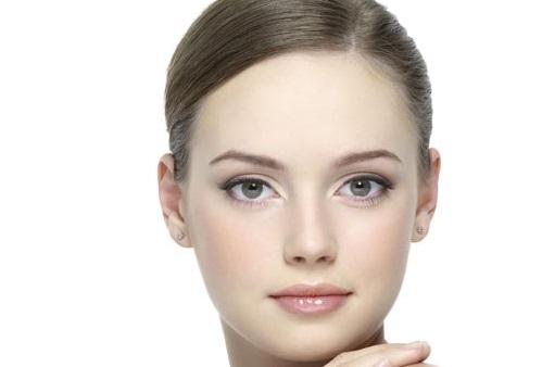 Bên cạnh đắp mặt nạ mỗi ngày bạn nên thoa kem chống nắng, dưỡng ẩm giúp làn làn duy trì được vẻ đẹp lâu dài