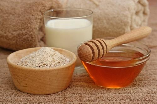 Cám gạo mật ong chứa nhiều dưỡng chất đem đến khả năng tắm trắng tại nhà