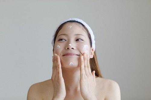 Thao kem dưỡng ẩm sau khi làm đẹp với sữa chua giúp làn da cân bằng được độ ẩm