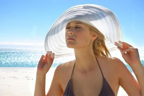 Để duy trì vẻ đẹp làn da chị em nên hạn chế tiết xúc với ánh nắng mặt trời