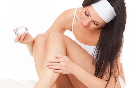 Bên cạnh áp dụng tắm trắng bằng sữa tươi mỗi ngày chị em nên kết hợp thoa kem dưỡng thường xuyên giúp làn làn cân bằng được độ ẩm