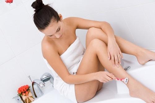 Cạo lông chân không đúng cách là một trong những nguyên nhân dẫn đến tình trạng viêm nang lông