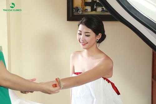 Ngọc Linh trải nghiệm dịch vụ tắm trắng phi thuyền tại Thu Cúc Clinics.