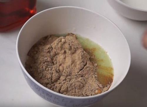 Trộn đều các nguyên liệu để tạo thành hỗn hợp tắm trắng.