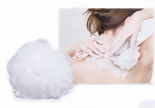 Dùng bông tắm hay xơ mướp để tgiúp loại bỏ da chết một cách nhẹ nhàng.
