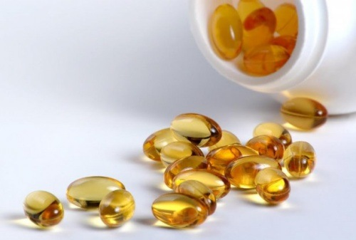 Bạn có thể dễ dàng mua được vitamin E dạng viên nang tại các hiệu thuốc để trị thâm sau mụn.