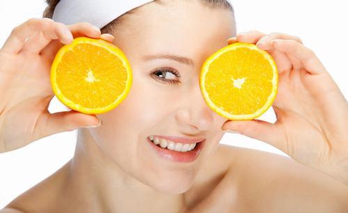Vitamin C là bí quyết làm trắng da vô cùng hiệu quả.