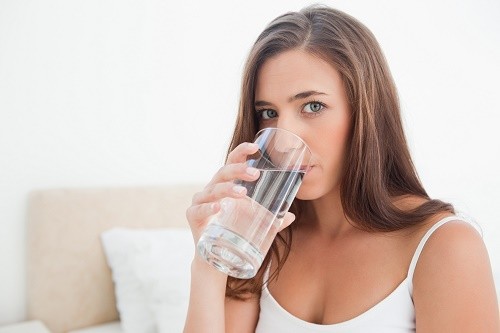 Mỗi ngày, chị em cần bổ sung vào cơ thể 2-2,5l nước. Đó sẽ là nguyên liệu phục hồi những gì đã mất của làn da và còn giúp cơ thể thanh lọc độc tố, thon gọn tự nhiên.