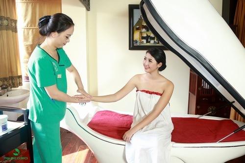 Khách hàng đang tắm trắng phi thuyền tại Thu Cúc Clinics.