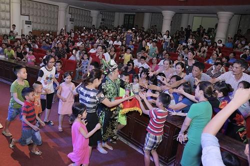 """Nghệ sĩ Xuân Hinh tặng những món quà làm đẹp của Thu Cúc cho người dân Lạng Sơn khi biểu diễn trong đêm kịch """"Không ai phải sợ"""" tại Nhà văn hóa Lao động tỉnh Lạng Sơn (06/05)."""