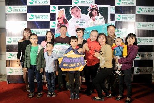 """Người dân xứ Lạng giao lưu với các nghệ sĩ hài danh tiếng khi đến với buổi kịch """"Không ai phải sợ"""" tại Trung tâm văn hóa tỉnh Lạng Sơn (ngày 22/4)."""