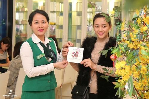 Cô bạn Lương Quỳnh rạng rỡ nhận món quà lì xì đầu tiên tại Thu Cúc Clinic 57 Nguyễn Khắc Hiếu.