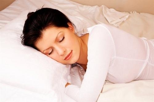 Ngủ đủ giấc giúp bạn tránh xa stress, cho làn da khỏe mạnh, rạng rỡ.