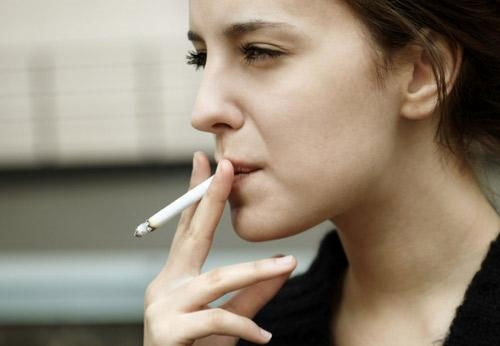 Hút thuốc lá không chỉ khiến cơ thể suy yếu mà còn làm da đen xạm, thâm xỉn.