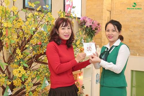 Chị Minh Thanh (34 tuổi, Hà Nội) – một trong những khách hàng may mắn đầu tiên hái được Voucher giảm 50% phí làm đẹp. Và dịch vụ chị lựa chọn là chăm sóc da với mặt nạ vi tảo