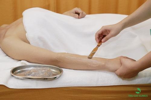 Kỹ thuật viên thoa gel lạnh để khách hàng cảm thấy thoải mái trong suốt quá trình thực hiện.