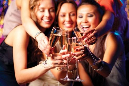 Những cuộc vui ngày đêm khiến cơ thể bị nạp vào nhiều đồ ăn, đồ uống chứa cồn...