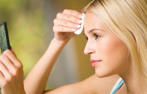 Tẩy trang sẽ giúp loại bỏ các sản phẩm trang điểm còn sót lại trên da một cách dễ dàng.