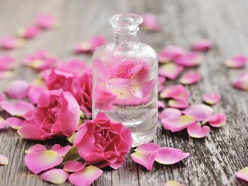 Tinh chất nước hoa hồng có nhiều công dụng làm đẹp da