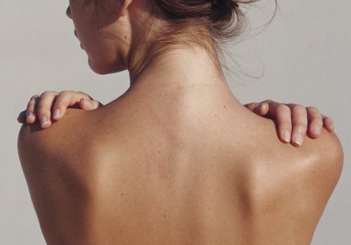 Vùng lưng nhiều lông khiến các chị em e dè trước những trang phục gợi cảm.